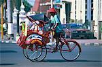 Un pousse-pousse de cycle becak à Yogyakarta, Java, en Indonésie, l'Asie du sud-est, Asie
