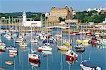 Bateaux de plaisance dans le port de Scarborough, la célèbre station balnéaire sur la côte du North Yorkshire, Angleterre, Royaume-Uni, Europe