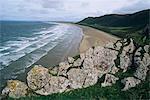 Vous cherchez des falaises à Rhossili, dominant la baie de Rhossili, vers Llangennith au loin à l'ouest de la péninsule de Gower, West Glamorgan, pays de Galles, Royaume-Uni, Europe