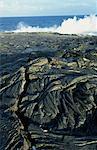 Pahoehoe fraîche ou lave ropey, proche où la vapeur s'élève de la lave dans la mer sur la côte sud-est de la Puna, Big Island, Hawaii, Hawaii, États-Unis d'Amérique, Pacifique, Amérique du Nord
