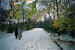 Couple marchant dans la neige dans le Tiergarten, Berlin, Allemagne, Europe