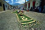 Tapis de plantes et de fleurs sont posées sur une rue pour l'un de l'Amérique centrale de Pâques processions, Antigua, Guatemala,