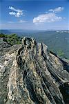 Vue depuis la chaussée de calcaire sur la vallée Jamison dans le Parc National de montagnes à bleu si la brume bleue est due à huile d'eucalyptus, près de Katoomba, patrimoine mondial de l'UNESCO, New South Wales (N.S.W.), Australie, Pacifique