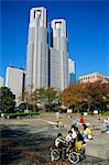 Les enfants jouent dans un parc sous l'hôtel de ville de New Tokyo à Shinjuku, Tokyo, Japon, Asie