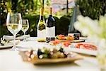 Verres à vin avec des bouteilles de vin sur une table