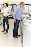 Couple dans un supermarché