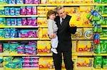 Choix d'un paquet de couche avec son fils dans un supermarché de l'homme