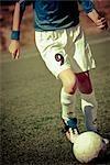 Joueur de football jouant dans un champ