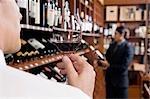 Homme tenant un verre de vin