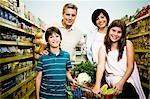 Enfants avec leurs parents dans un supermarché