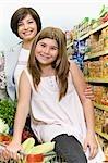 Fille et sa mère, faire du shopping dans un supermarché