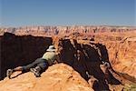 Homme qui prend une photo des falaises, Horseshoe Bend, Page, Arizona, USA