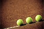 Gros plan de trois balles de tennis dans une Cour