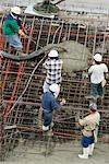 Erhöhte Ansicht von fünf Bauarbeitern auf einer Baustelle arbeiten