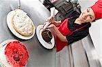 Weiblichen Chef einen Kuchen Puderzucker