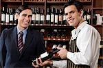 Verkäufe Sekretärin zeigen eine Weinflasche an einem Kunden