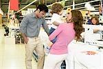 Couple avec leurs enfants dans un supermarché