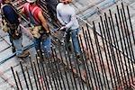 Erhöhte Ansicht vier Bauarbeiter auf einer Baustelle stehen