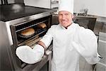 Chef dans la cuisine et souriant
