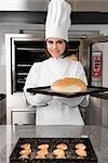 Femme chef tenant un petit pain dans une barre d'état
