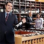 Unternehmer holding einer Weinflasche