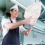 Chef jetant la pâte à pizza