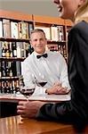 Geschäftsfrau mit einem Glas Wein in einer bar