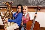 Zwei SchülerInnen spielen, ein Cello und eine Tuba in einem Klassenzimmer