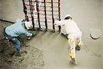 Erhöhte Ansicht zwei Bauarbeiter auf einer Baustelle arbeiten