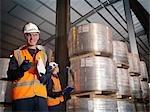 Travailleur de port avec presse-papiers & Cargo