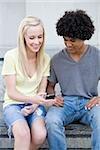 Couple d'adolescents avec téléphone portable