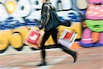 Fußgängerzone Buchwert Einkaufstaschen auf Bürgersteig, verschwommen