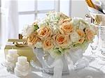 Arrangement de fleurs de roses blanches dans une soupière