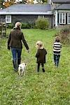 Mère et enfants marchant vers la maison