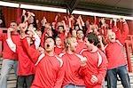 Gruppe von Fußballfans feiern