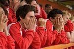 Groupe de supporters de football frustré