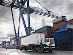 Camion travaillant dans un Port