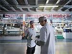 Travailleurs d'une usine automobile en usine