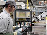 Salarié de contrôles en usine de construction automobile