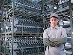 Travailleur d'usine de voiture avec des pièces de voiture