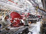 Travailleurs d'usine de voiture sur ligne de Production