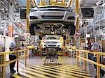 Travailleurs de voiture inspecter la ligne de Production
