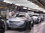 Travailleurs auto inspection terminé voitures