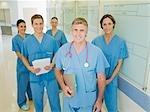Chirurgiens debout dans le couloir de l'hôpital