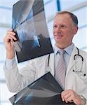 Médecin examinant les radiographies