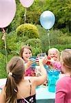 Groupe de jeunes filles, faire griller à une Garden-Party