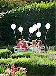 Groupe de jeunes filles ayant une partie dans un jardin