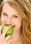 Nahaufnahme einer jungen Frau einen Apfel beißen