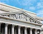 DÉTAILS ARCHITECTURAUX DU FRONTON DE L'ÉDIFICE DES ARCHIVES NATIONALES À WASHINGTON DC