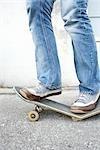 Jugendlicher stehen auf gebrochene Skateboard